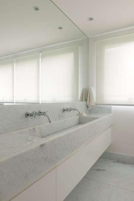 32. Decoração clean com bancada de mármore para banheiro branco – Foto Lolafá