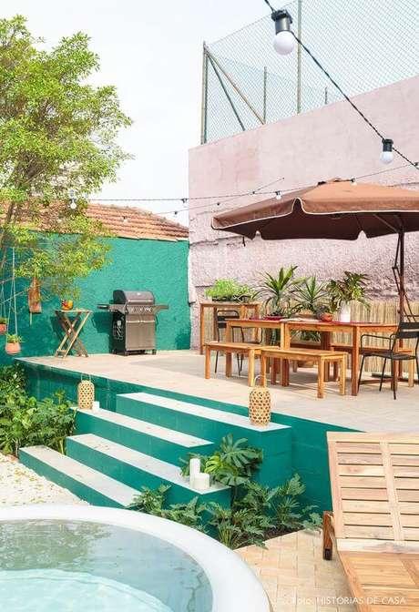 11. Mesa para área externa bem decorada e guarda sol – Foto Histórias de Casa