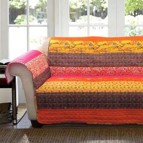 45. Capa de sofá colorida e estampada – Foto Gifts for You and Me