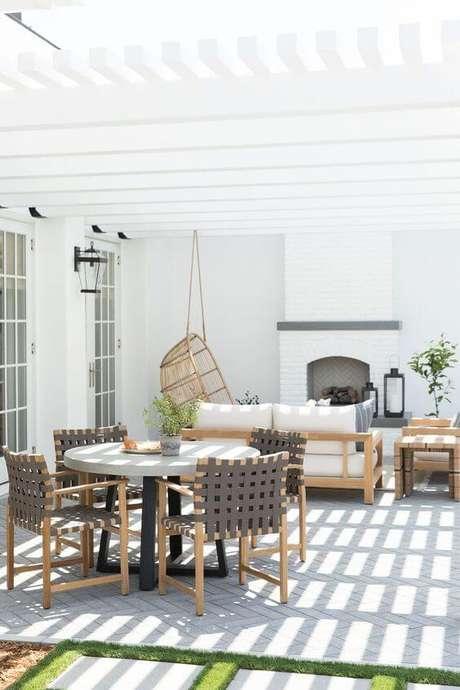 44. Mesa para área externa na cor branca e cadeira cinza – Foto Studio Mcgee