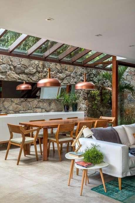 7. Mesa de madeira para área externa coberta com vidro – Foto Casa Vogue