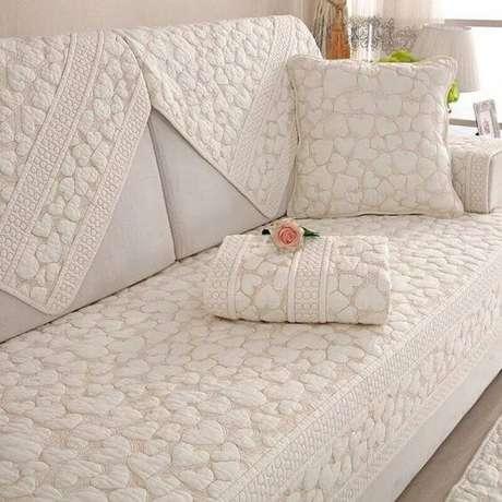 42. Capa de sofá com estampa de corações e almofada combinando – Foto Best Stroy