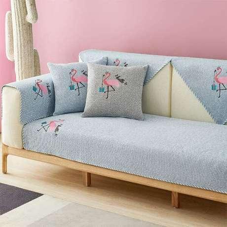 28. Sala rosa com capa de sofá azul claro e estampa de flamingo -Foto Amazon