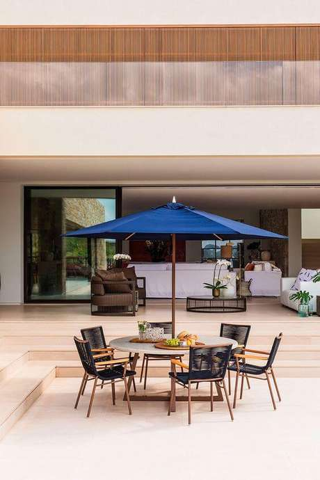 53. Mesa para área externa com guarda sol – Foto Casa de Valentina