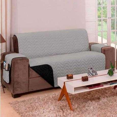 22. Sala com sofá marrom e capa impermeável cinza – Foto Carregour