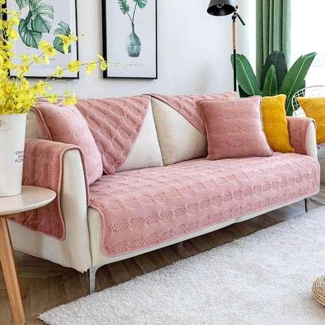 3. Sala moderna com capa de sofá rosa – Foto Amazon