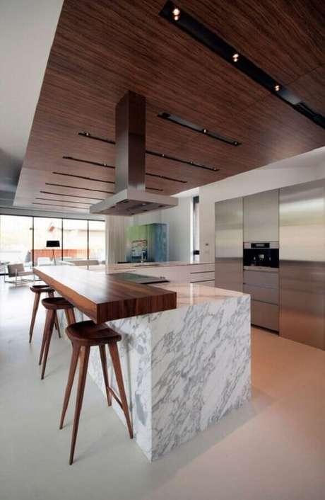 12. Bancada de mármore e madeira para decoração de cozinha moderna – Foto HomeDSGN