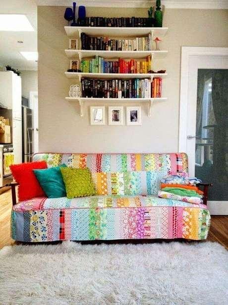 44. Capa de sofá colorido feito de patchwork na sala clean – Foto Pinterest