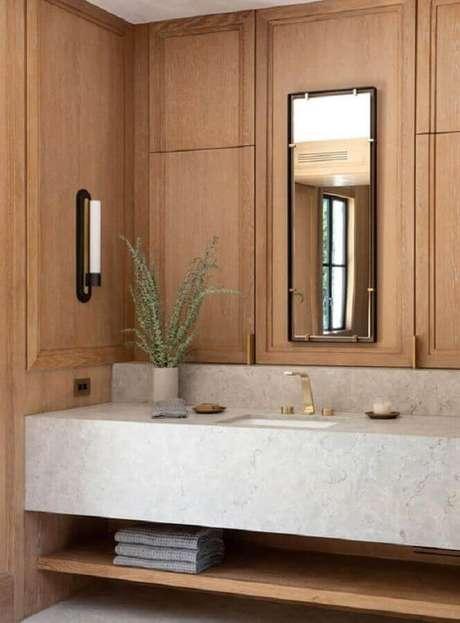 35. Decoração com bancada de mármore para banheiro amadeirado – Foto One Kindesign