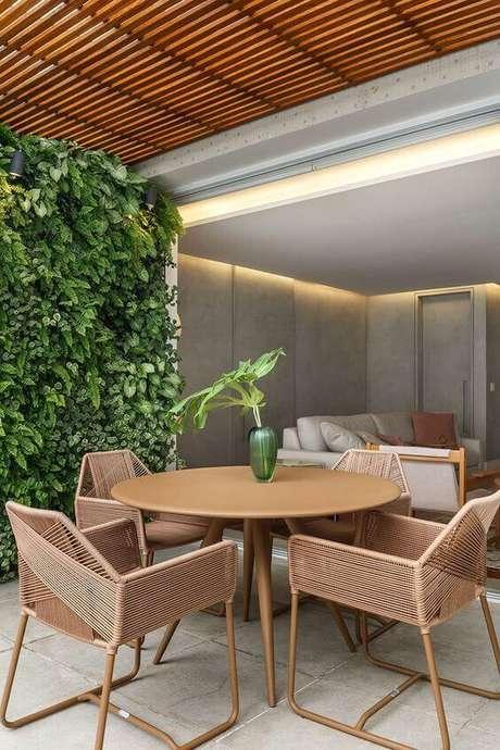 14. Mesa de madeira redonda para área externa – Foto Casa de Valentina