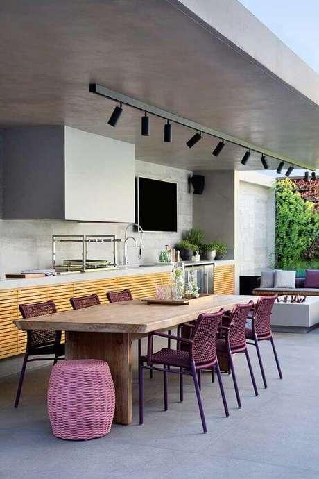 57. Mesa para área externa com cadeiras roxas – Foto Revista VD