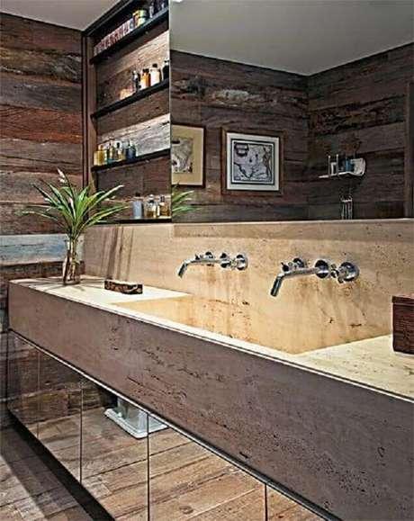 29. Banheiro decorado com bancada de mármore e parede com revestimento de madeira – Foto Dcore Você