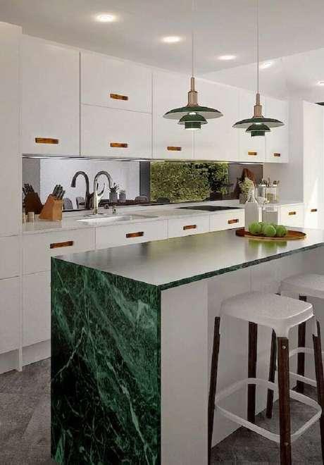 59. Mármore verde para bancada de cozinha com ilha planejada – Foto Houzz