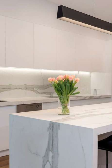 46. Decoração de cozinha branca com bancada de mármore – Foto CDK Stone