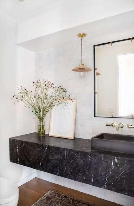 6. Decoração de banheiro branco com espelho quadrado e bancada de mármore preto – Foto Apartment Therapy