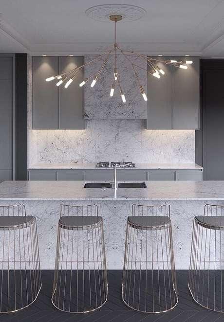 56. Decoração sofisticada para cozinha com bancada de mármore e banquetas modernas – Foto Futurist Architecture