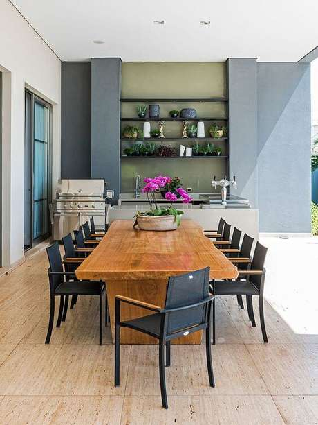 32. Mesas e cadeiras para área externa de madeira – Foto Casa de Valentina