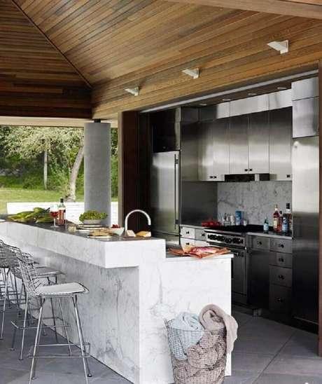 61. Área gourmet moderna decorada com bancada de mármore branco – Foto House Beautiful