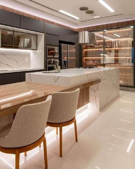 60. Mesa de madeira integrada à bancada de mármore para cozinha com ilha moderna – Foto Decor Salteado