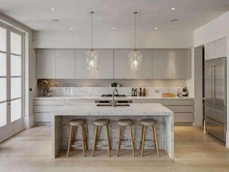 52. Decoração na cor cinza claro com bancada de mármore para cozinha com ilha – Foto Pinterest