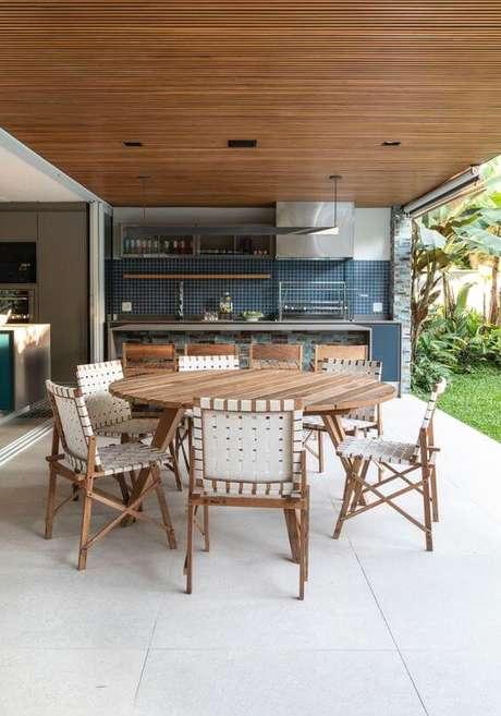 25. Decoração prático com mesa para área externa redonda de madeira – Foto Archdaily
