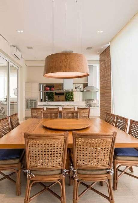27. Varanda de apartamento com mesa de madeira – Foto Arkpad