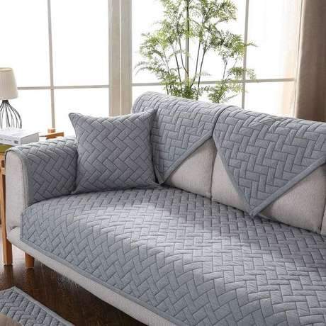 34. Sofá com capa cinza na sala de estar moderna – Foto Amazon