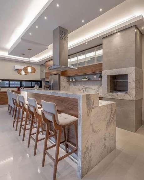 42. Decoração de área gourmet com churrasqueira e bancada de mármore – Foto Decor Salteado