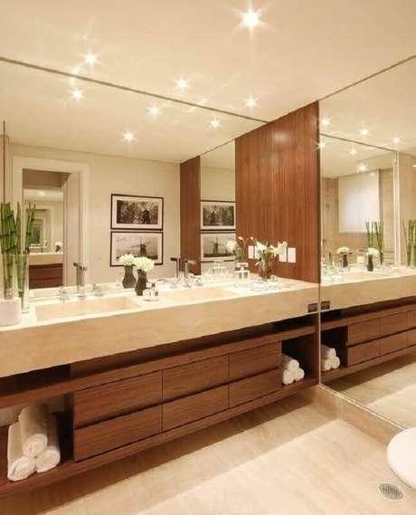44. Decoração de banheiro em cores claras com bancada de mármore para gabinete de madeira – Foto eh!Décor