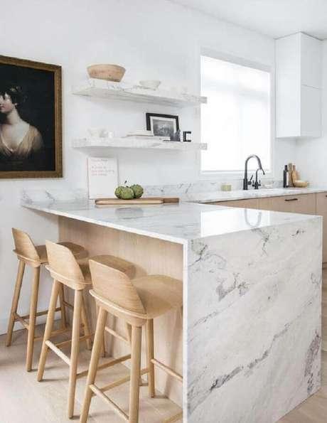 8. Bancada de mármore branco para cozinha decorada com móveis de madeira clara – Foto Apartment Therapy