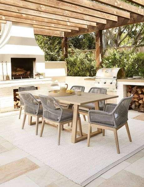 41. Mesa para área gourmet de madeira com cadeiras cinza – Foto Lulu e Georgia