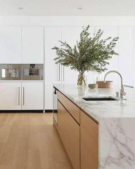 31. Cozinha branca decorada com bancada de mármore para ilha de madeira – Foto Pinterest