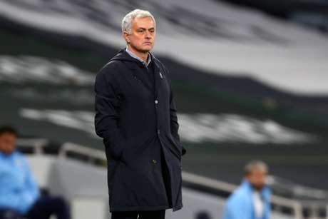 Mourinho reclamou da arbitragem neste domingo (Foto: CLIVE ROSE / POOL / AFP)