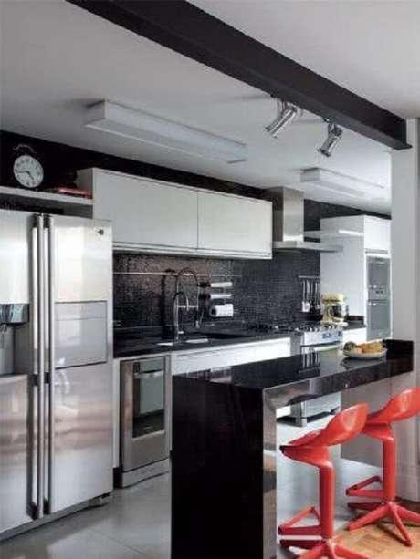 30. Cozinha com pastilha preta e banquetas vermelhas. Fonte: Pinterest