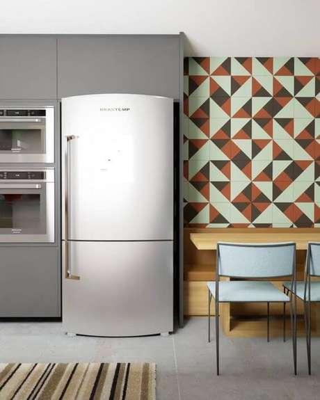 80. Cerâmica para cozinha na parede geométrica e piso cinza – Foto Pinterest