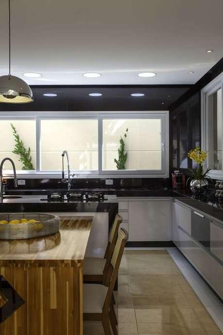 33. Cerâmica para cozinha na cor bege com armários brancos – Foto Iara Kilaris
