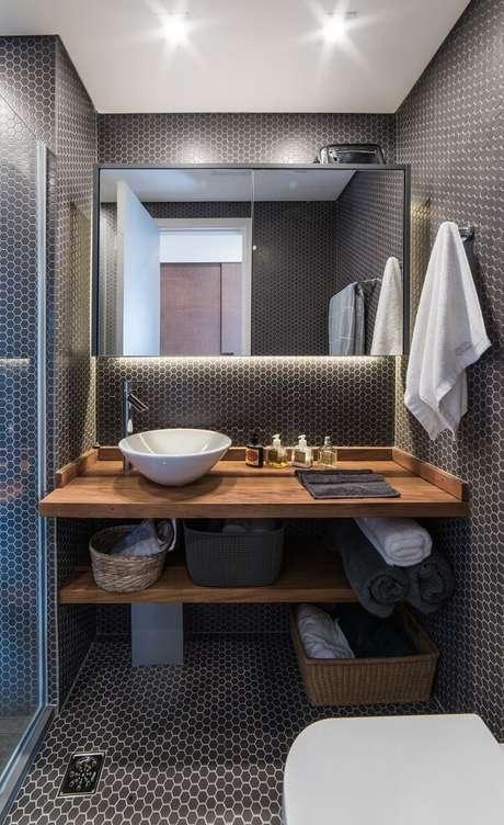 49. A iluminação embutida quebra a sobriedade do banheiro com pastilha preta. Projeto por Pietro Terlizzi