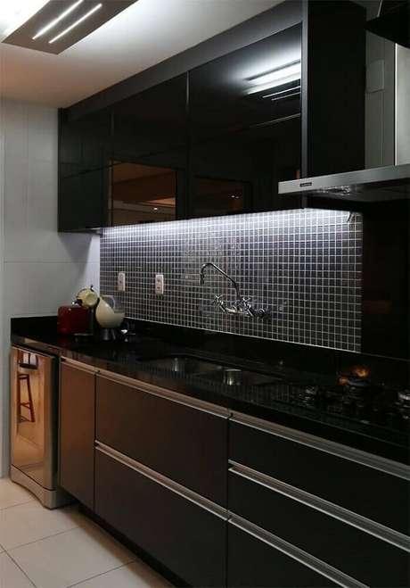 47. A luz de LED embutida no armário aéreo realça a presença da pastilha preta na cozinha. Fonte: Pinterest