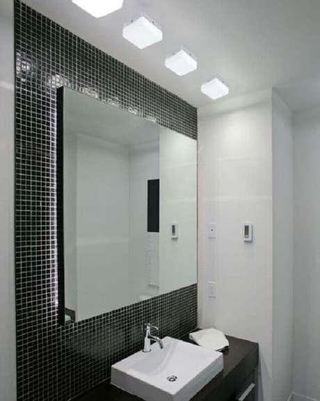 45. A pastilha de vidro preta fixada ao redor do espelho trouxe um charme especial para o cômodo. Fonte: Só Decorar