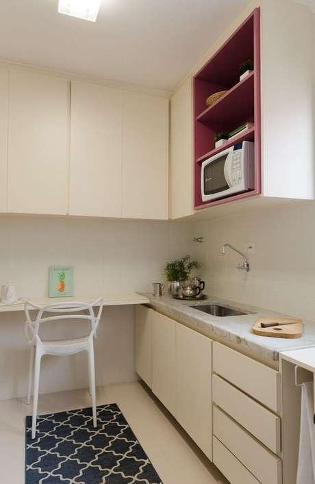 45. Cozinha branca com cerâmica para cozinha em tons claros – Foto Casa On