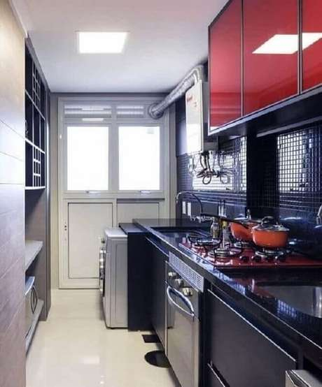 17. Invista em uma boa iluminação para a decoração da sua cozinha com pastilha preta. Fonte: Pinterest