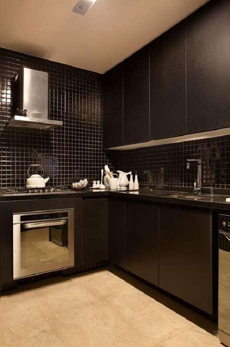 42. A pastilha preta fosca se mistura com os armários aéreos pretos da cozinha. Fonte: Casa de Valentina