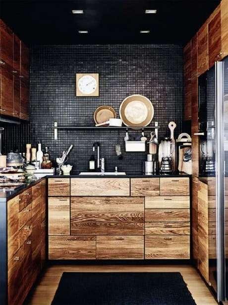 4. O revestimento pastilha preta trouxe um contraste interessante para o ambiente com móveis em madeira. Fonte: Pinterest