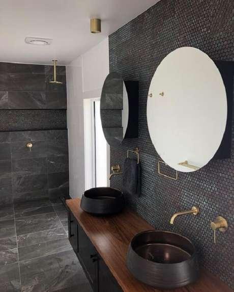 35. Banheiro compartilhado com pastilha preta e cubas redondas. Fonte: Pinterest