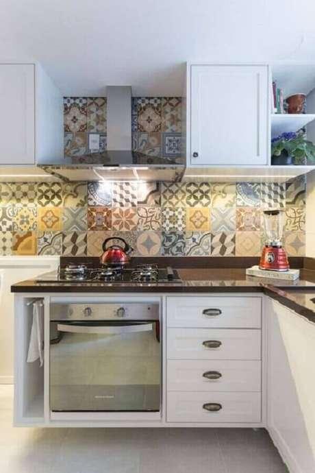 53. Cozinha planejada decorada com armários brancos e azulejo de cozinha colorido – Foto Pinterest