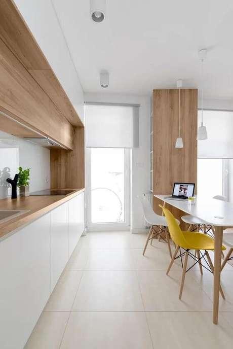 70. Cerâmica para cozinha bege com cadeiras amarelas Foto Pinterest