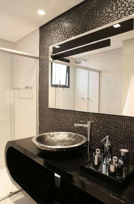 23. Decoração de banheiro com pastilha preta e cuba prata. Fonte: Decor Alternativa
