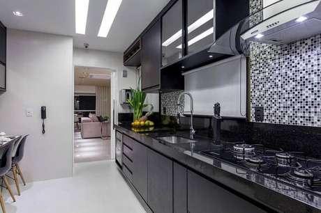 28. Cozinha planejada com revestimento pastilha preta e branca. Fonte: Pinterest
