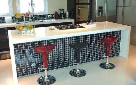 3. Banquetas coloridas e pastilha preta decoram a bancada de cozinha. Fonte: Revista Viva Decora 2