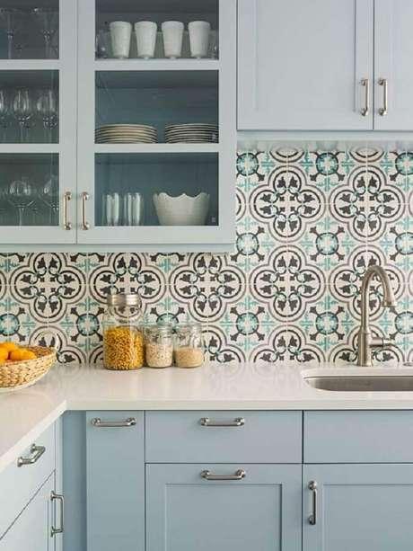 57. Decoração com armário azul pastel e azulejo de cozinha retrô – Foto Granada Tile